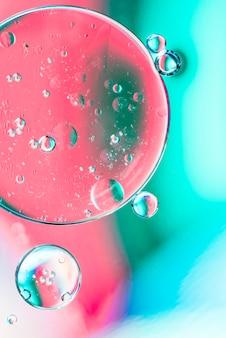 泡とターコイズブルーとピンクの抽象的な背景