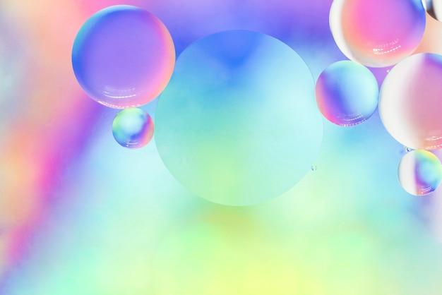 泡と柔らかい虹の抽象的な背景