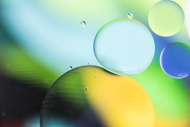 泡と緑の黄色と青の抽象的な背景