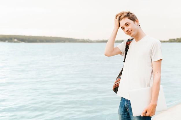 Мальчик-подросток у озера