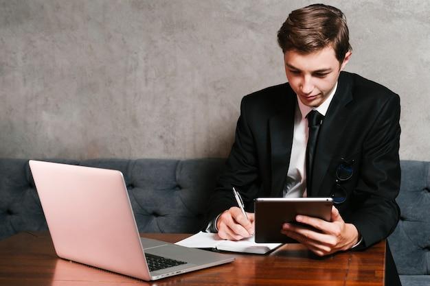 Молодой бизнесмен работает в офисе