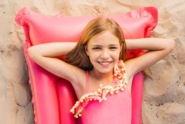 ビーチの夏の休日に幸せな細い女の子