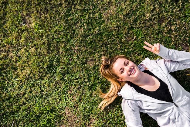 地面に若い女性のトップビュー