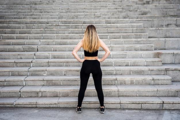 階段の前で若い女性