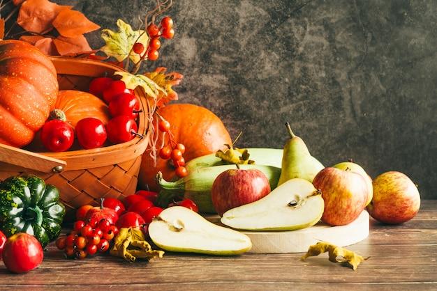 テーブルの上の秋の収穫