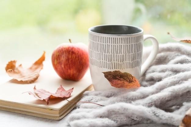 テーブルの上の温かい飲み物と暖かい組成