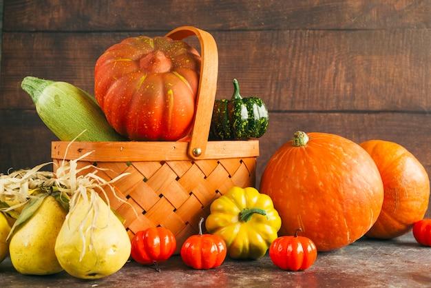 季節の収穫と木製のバスケット
