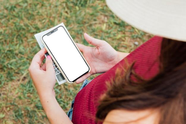 Вид сверху женщина держит телефон макет