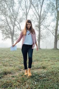 Стильная молодая девушка гуляет на природе