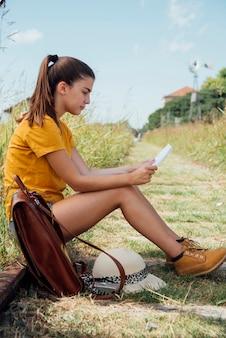 Путешествующая девушка проверяет свою карту