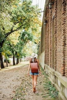 Девушка путешественник с ее рюкзаком