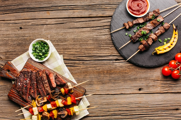 健康的なバーベキュー串焼きとステーキのグリル