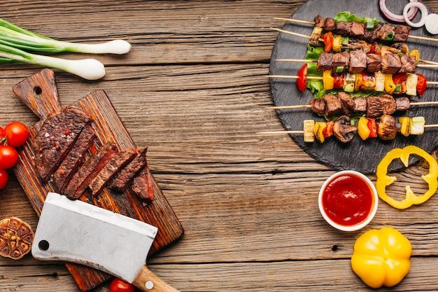 Вкусная еда со здоровым овощем на деревянные текстурированные