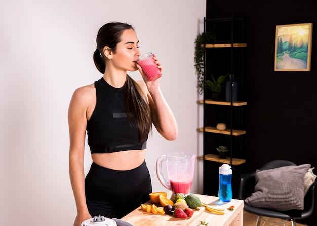 Фитнес женщина пьет детокс сок