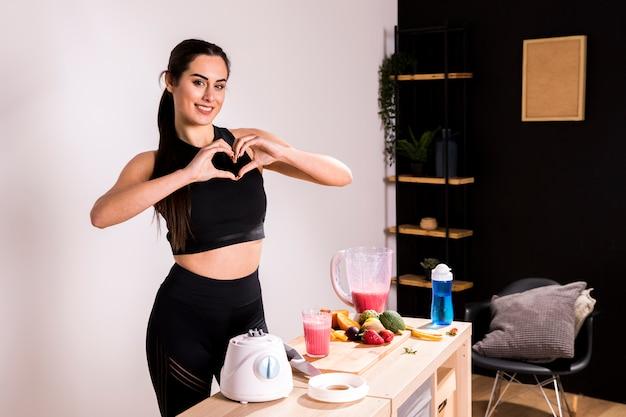 Фитнес женщина готовит детокс сок