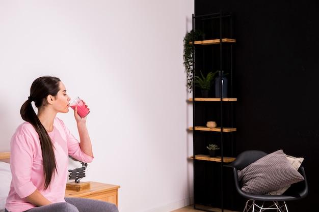 デトックスジュースを飲むフィットネス女性