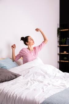 Фитнес женщина просыпается по утрам