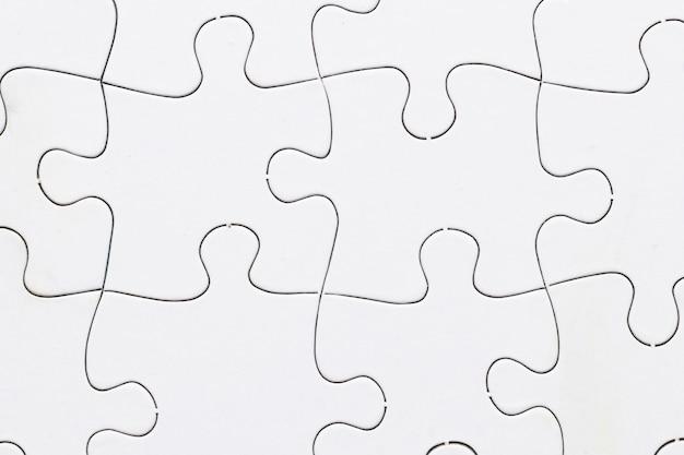 白いジグソーパズルグリッド背景のクローズアップ