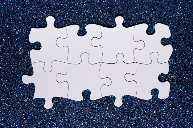 青いキラキラ背景に白いパズルチェーン