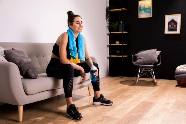 Женщина фитнеса делая тренировку дома
