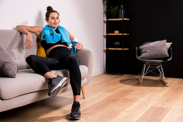 自宅で運動をしているフィットネス女性