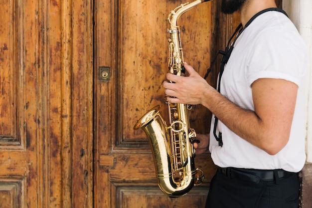 サックスを演奏する横向きのミュージシャン