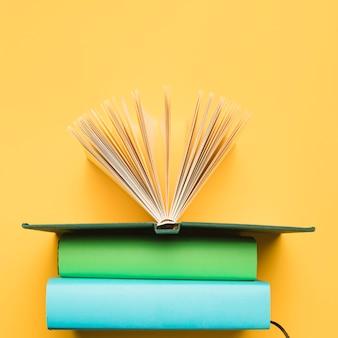 Вид сверху композиции книг
