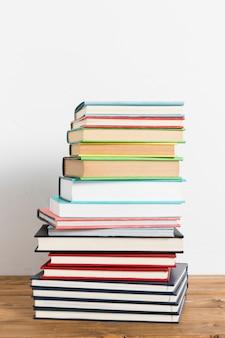 テーブルの上の本の山