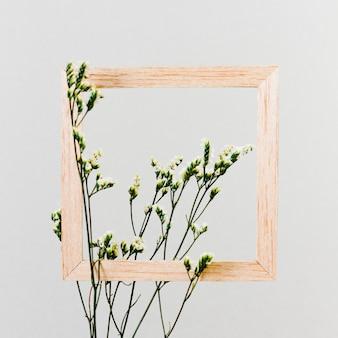 花の枝を持つ木製フレーム