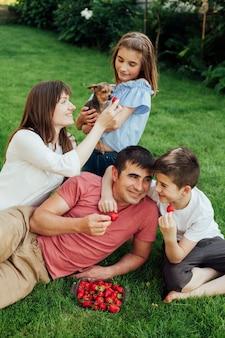 幸せな家族が公園でお互いに時間を過ごす