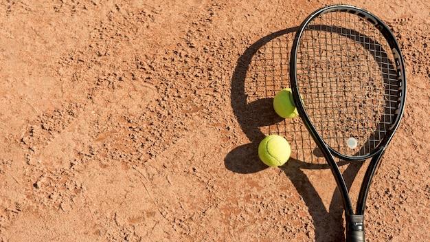 テニスボールとブラックラケット