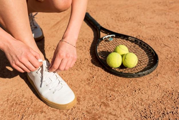 スポーツ用品とテニスプレーヤーのクローズアップ
