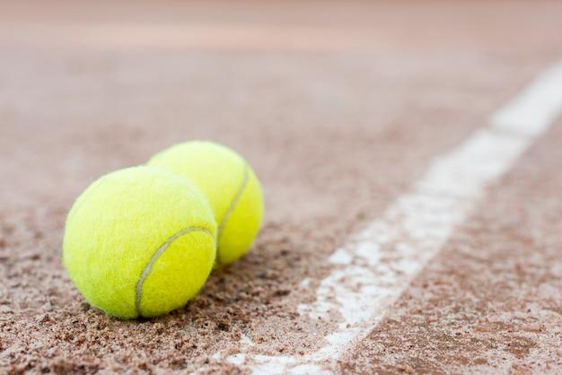 地面にテニスボール