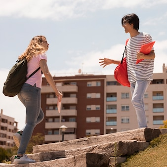 Многорасовых студентов на улице лестницы в солнечном свете