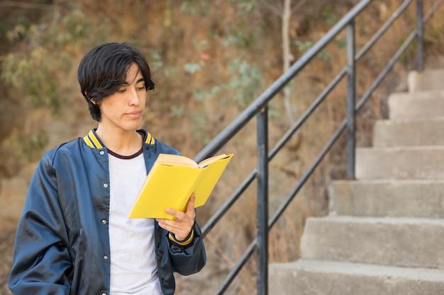 Азиатская книга чтения подростка на лестницах