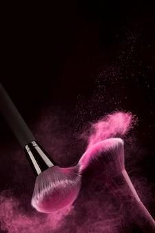 Встряхивание кистей с россыпью розового порошка