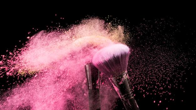 Кисти счищают разноцветную пудру
