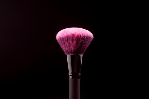 乾いた色の物質で大きな化粧筆