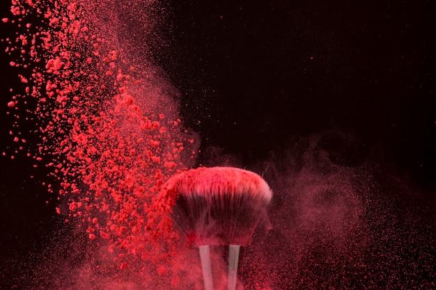 Впечатляющий яркий цвет кисти и падающей пудры