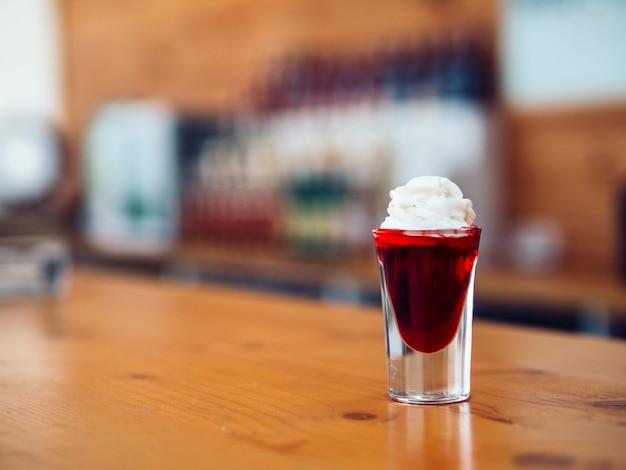 赤い飲み物とカラフルなショット