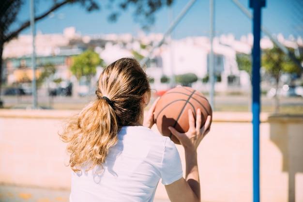 バスケットボールをする若い女性