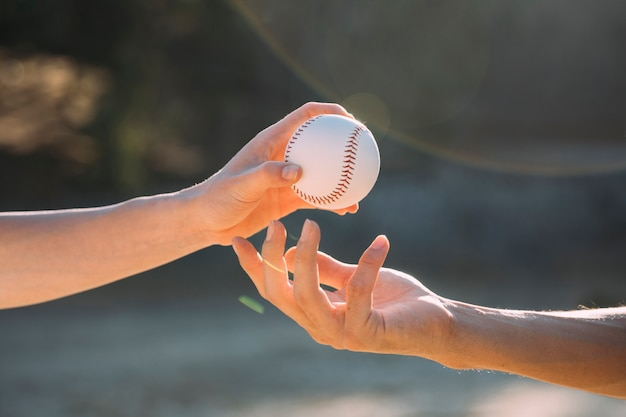 Подростковые друзья прохождения бейсбола