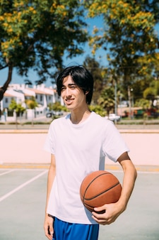 Мальчик-подросток с мячом в суде