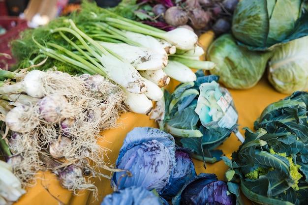 市場で販売されている様々な新鮮野菜