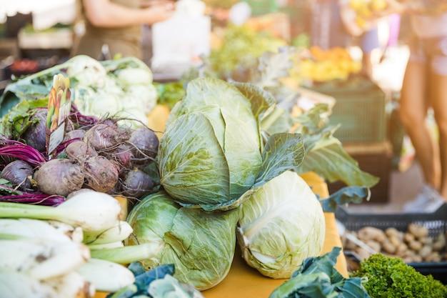 市場での新鮮野菜の盛り合わせ