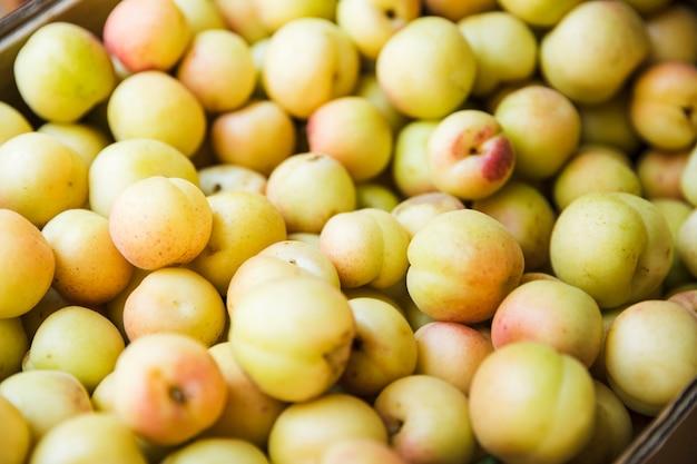 果物市場での販売のためのプラムがたくさん