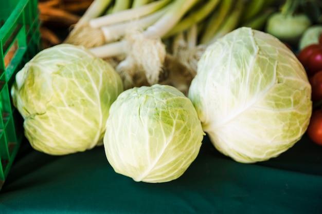 農民市場で新鮮な有機キャベツのクローズアップ