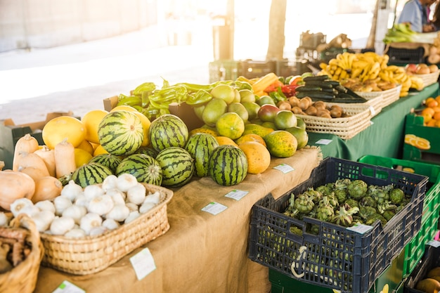 Ассортимент свежих фруктов и овощей на рынке продуктового магазина