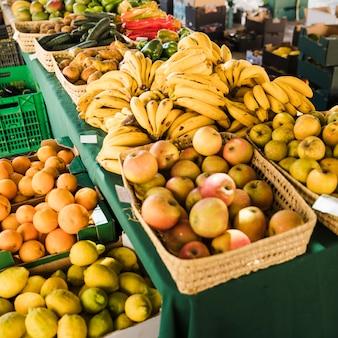 市場での新鮮な果物の盛り合わせ