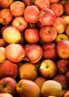 市場で新鮮な有機リンゴのフルフレーム